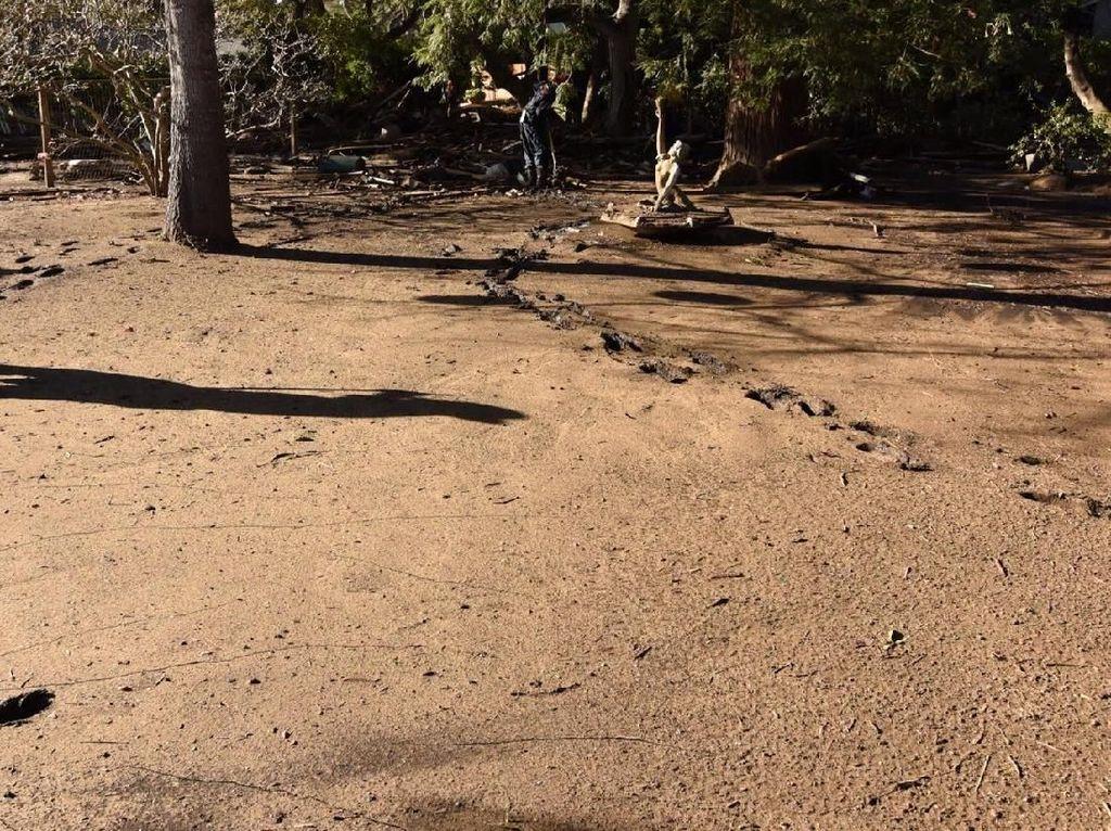 Tebalnya lumpur yang tertinggal di jalanan (Foto: Dok. REUTERS/ Kyle Grillot)