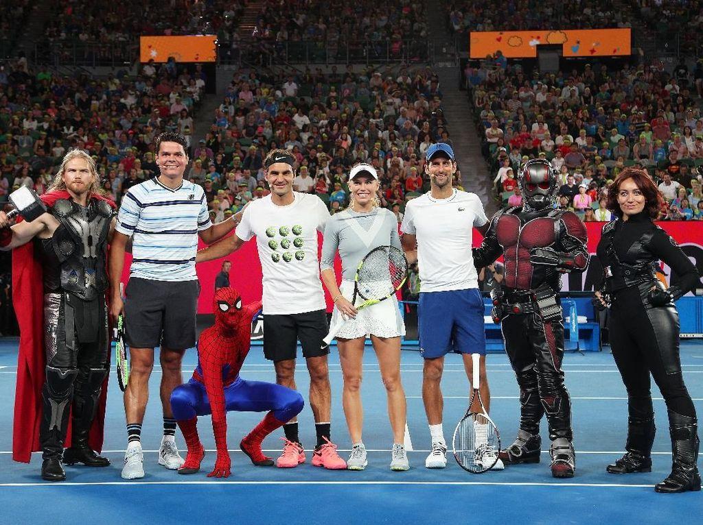 Seperti tahun-tahun sebelumnya, Kids Tennis Day digelar jelang Australia Terbuka. Kali ini, laga ekshibisi yang dihadiri Roger Federer, Novak Djokovic, Caroline Wozniacki, dan Milos Raonic diramaikan dengan kedatangan Spiderman, Thor, Ant-Man, dan Black Widow. Foto: Graham Denholm/Getty Images