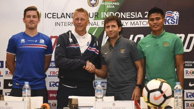 Pelatih Timnas Indonesia Luis Milla (kedua kanan) berjabat tangan dengan pelatih timnas Heimir Hallgrimsson dalam konferensi pers jelang laga, Sabtu (13/1). (ANTARA FOTO/Hafidz Mubarak A)