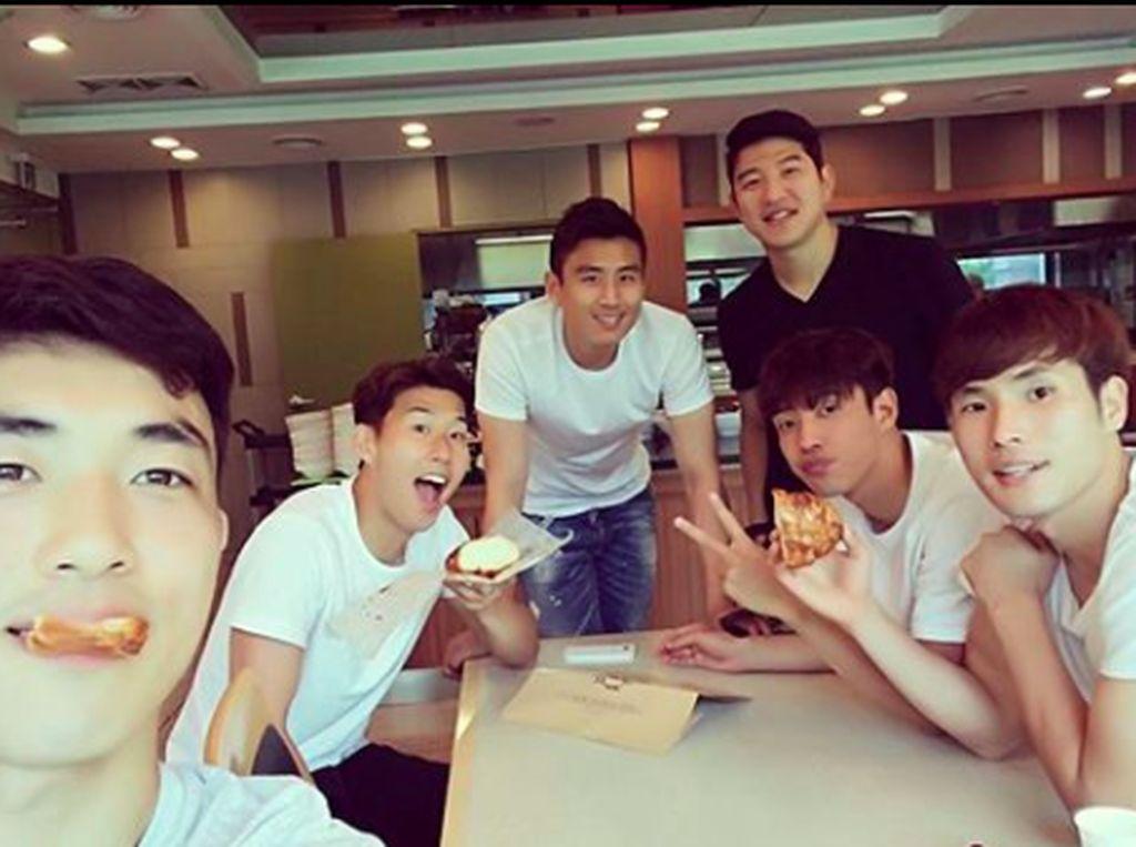 Son berpose dengan para rekannya di timnas Korea Selatan. Foto: Instagram