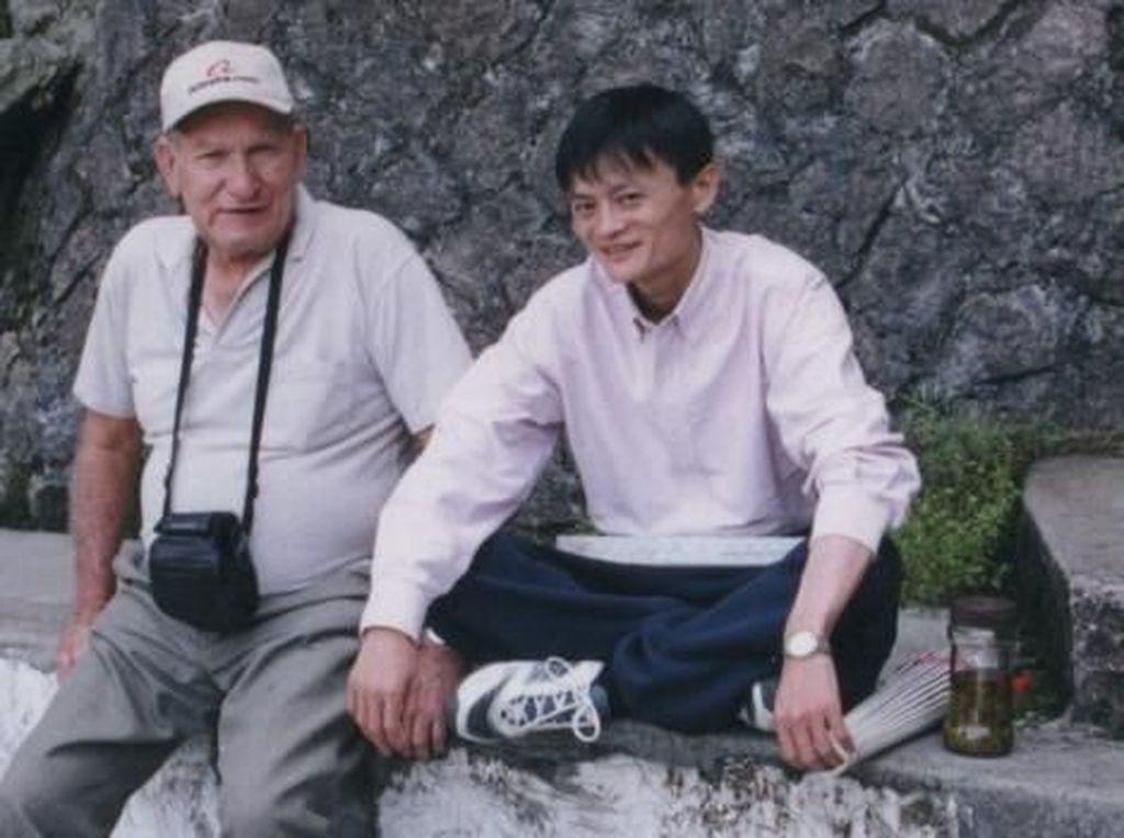 Jack Ma masa muda ketika belum terkenal dan masih meraba-raba bisnis internet. Kadang ia masih menjadi pemandu wisata karena pintar bahasa Inggris. Foto: istimewa