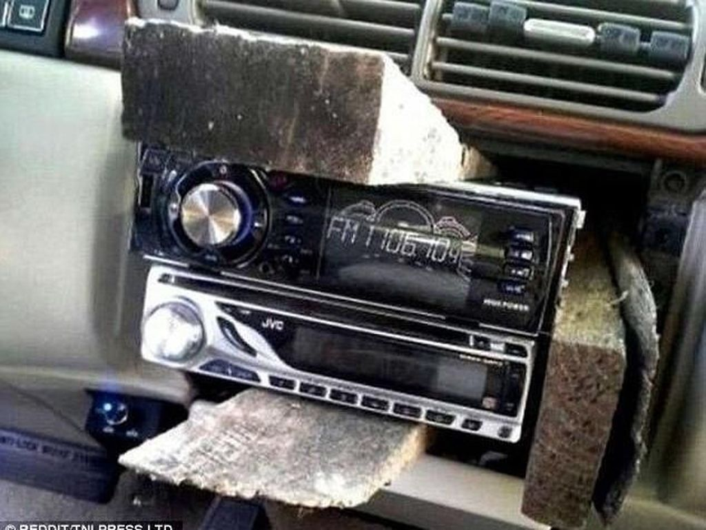 Menyelipkan kayu di tempat radio unit terpasang sehingga tak membutuhkan mur, baut, dan biaya tambahan.Foto: Reddit