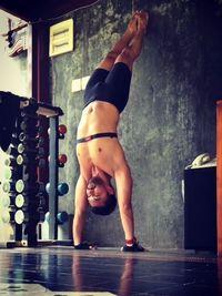 Meski yoga dikenal bukan olahraga beban, dengan sedikit modifikasi gerakan seseorang tetap bisa melatih otot-ototnya. Anjas di sini mencoba melakukan handstand pushup. (Foto: Instagram/anjasmara)