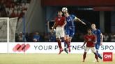 Pemain Timnas Indonesia Septian David Maulana melakukan duel udara ketika melawan timnas Islandia. Pelatih Timnas Indonesia Luis Milla menurunkan hampir sebagian besar pemain muda menjadi starter di laga ini. (CNN Indonesia/Andry Novelino)