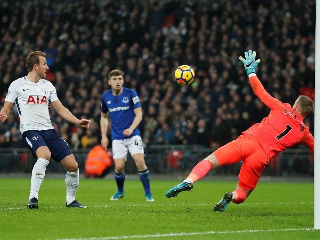 Setelah bikin gol di menit ke-47, Kane kembali membobol gawang Everton di menit ke-59. Foto: Eddie Keogh/Reuters