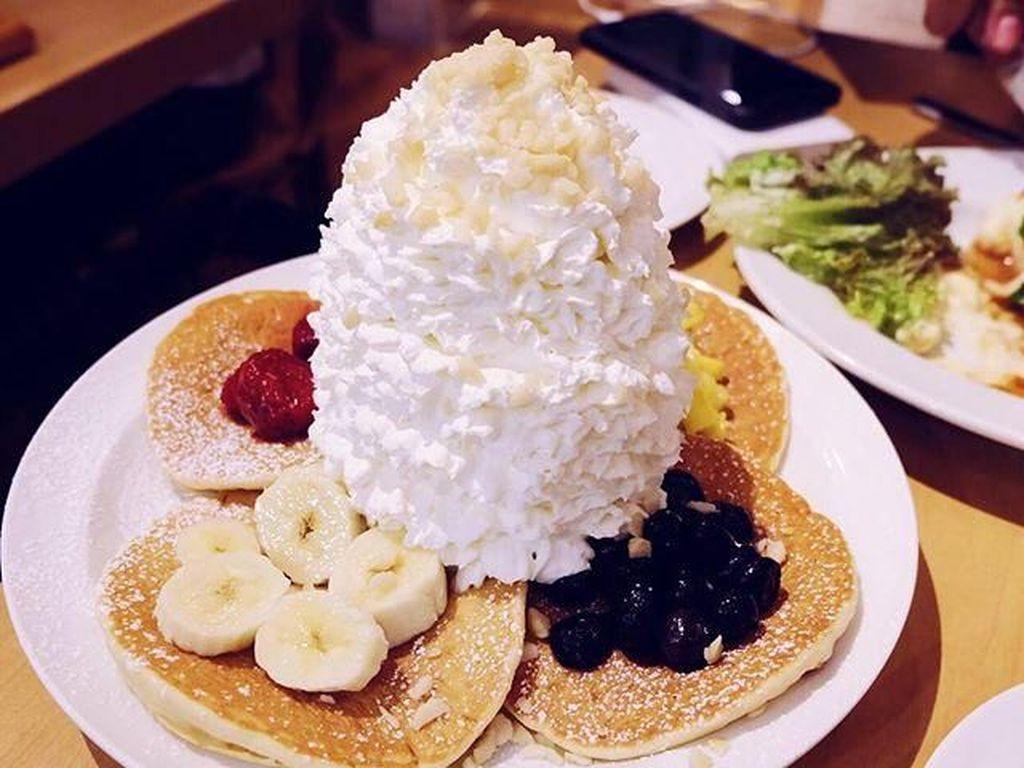 Saat di Jepang, Fitrop makan dessert lucu ini! Pancake galore, tulis presenter asal Bandung ini di laman instagram pribadinya. Foto: Instagram Fitri Tropica
