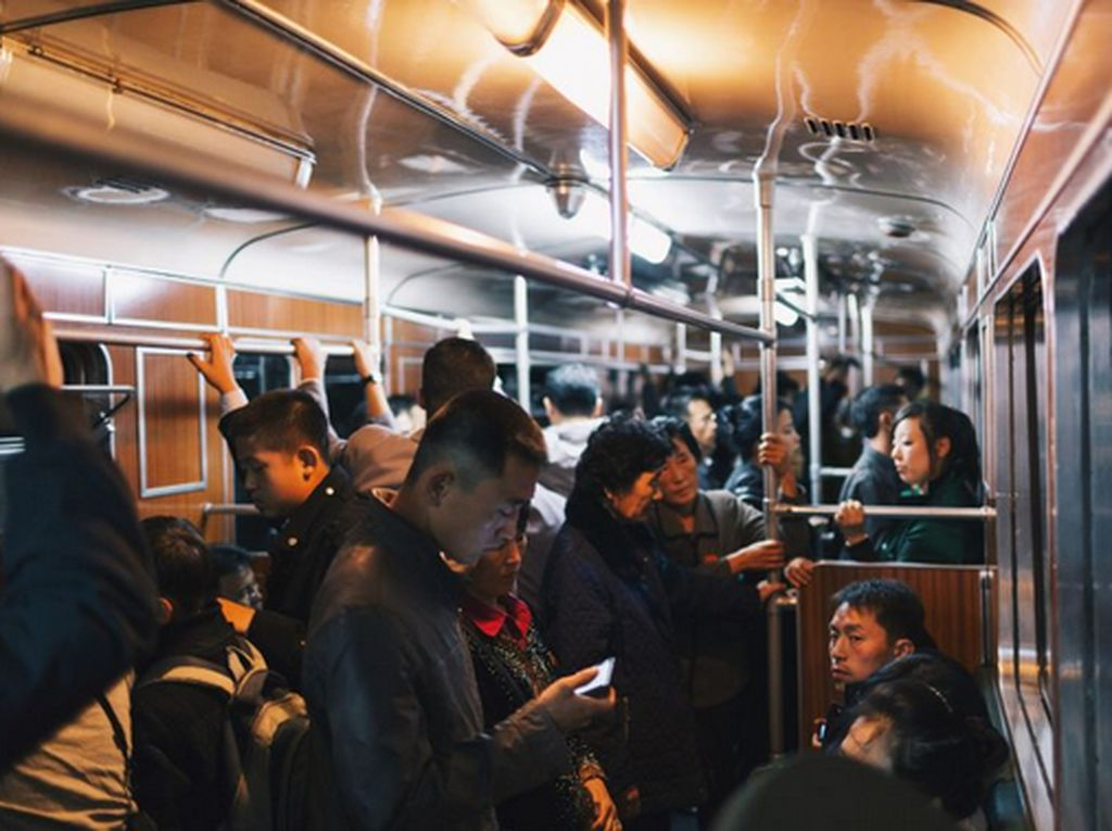 Kondisi di dalam kereta masih masih mirip dengan kota-kota besar negara lain. Itu terlihat penumpang yang sedang memainkan smartphone. Istimewa/Elaine Li/CNN.