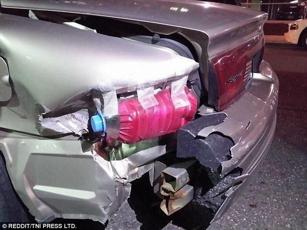Botol bekas dan lakban bisa dimanfaatkan sebagai pengganti lampu mobil nih Otolovers. Misalnya pemilik mobil satu ini, yang menempel lakban merah pada botol bekas sehingga menyerupai lampu rem belakang pada mobil.Foto: Reddit