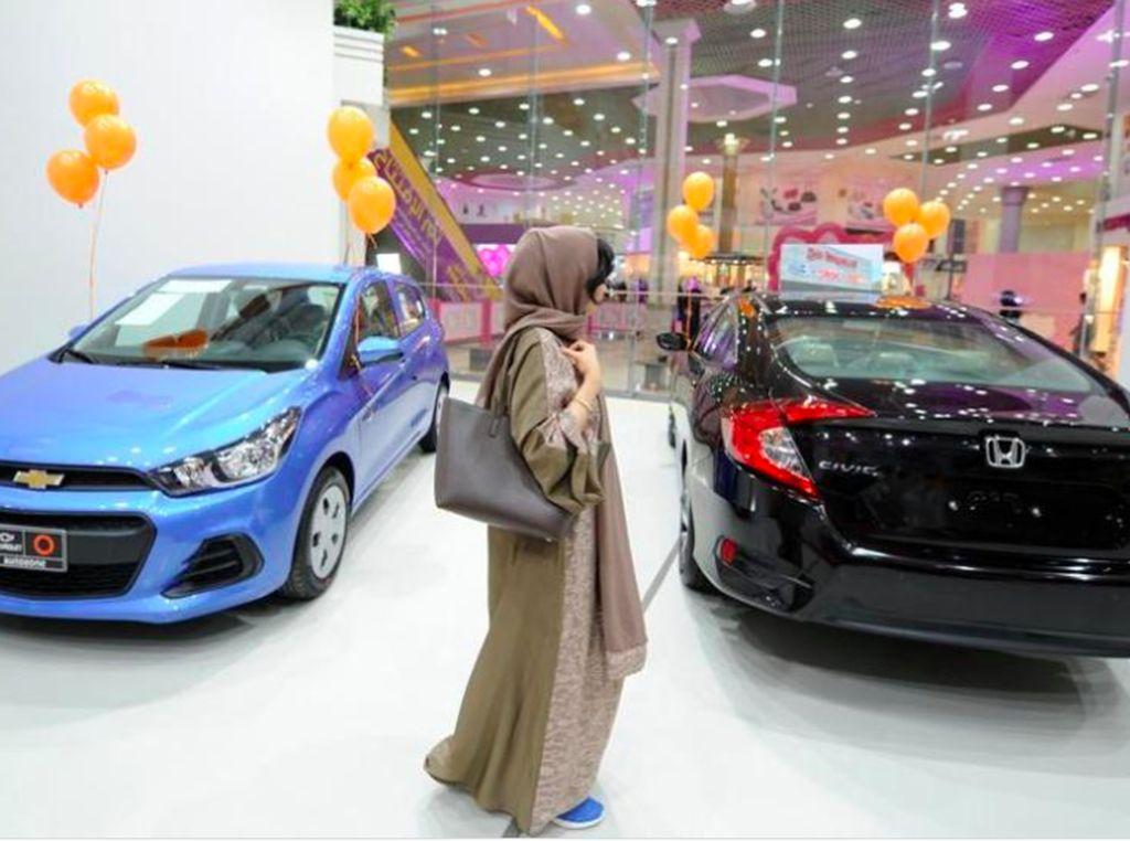 Jika sebelumnya wanita Arab pergi kemana-mana harus disopiri, pada Juni 2018 mendatang mereka diizinkan untuk mengendarai mobilnya sendiri.Foto: Reuters