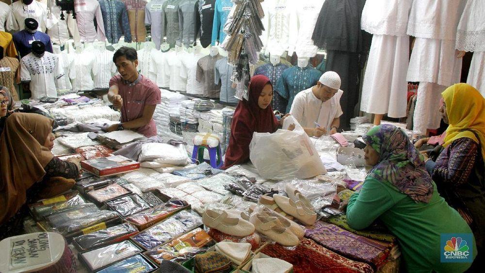Maraknya lapak penjual baju secara online, pedagang busana muslim di Pasar Tanah Abang merasa diuntungkan karena pelanggannya menjadi reseller secara online.