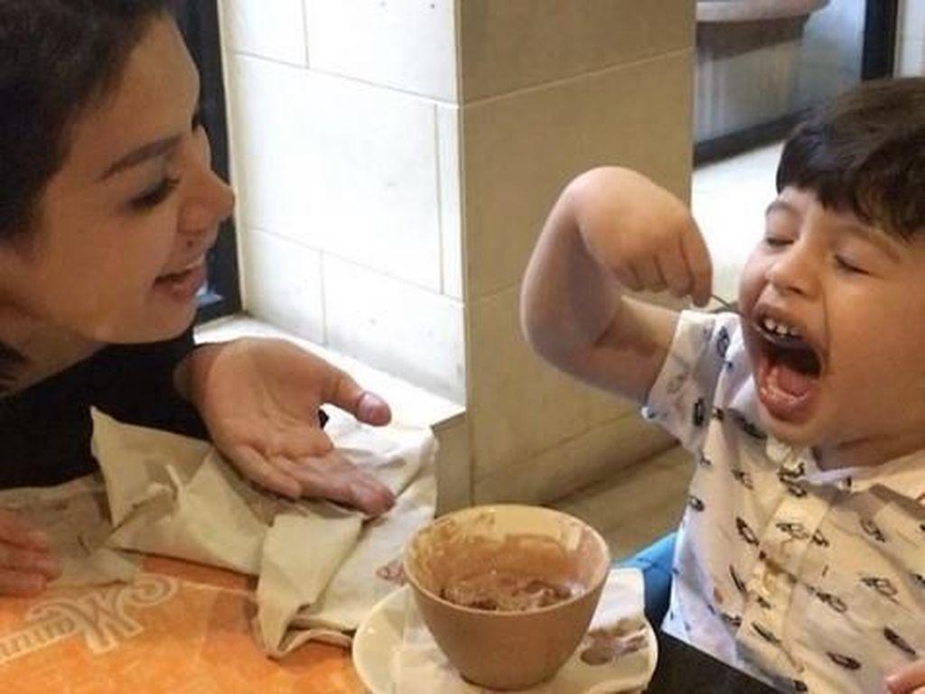 Tak hanya makan sendiri, Niki juga terlihat seru saat mengajak makan putranya, Azka. Balita ini bahkan asyik melahap makanannya sendiri. Foto: Instagram @nikitamirzanimawardi_17