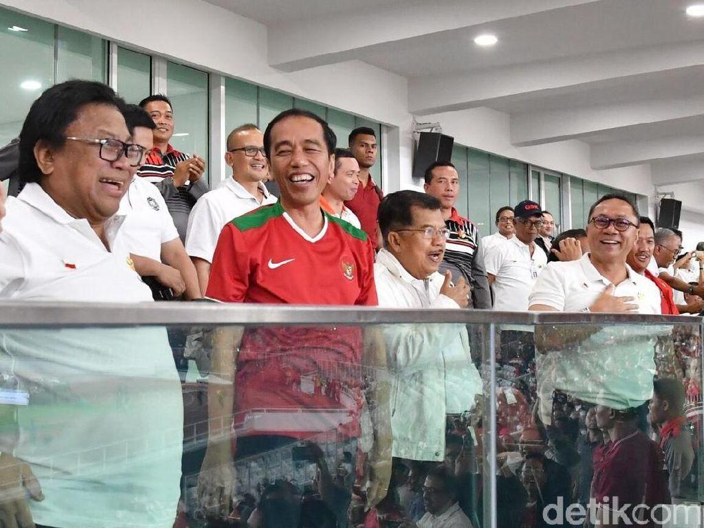 Foto: Sorak sorai penonton pun tak berhenti. Mereka terus menyuarakan semangat bagi para penggawa Indonesia. (Foto: Laily Rachev - Biro Pers Setpres)
