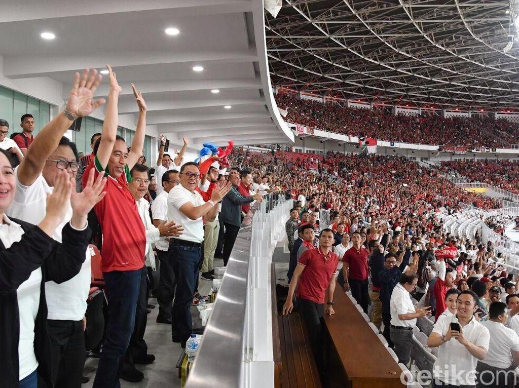 Foto: Jokowi yang mengenakan kaos merah timnas itu terpantau semringah. Suasana kegembiraan juga terlihat di muka pejabat lain saat Ilham Udin Armaiyn menjebol gawang lawan. (Foto: Laily Rachev - Biro Pers Setpres)
