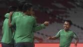 Winger Timnas Indonesia Andik Vermansah (kanan) berlatih penuh semangat bersama rekan setimnya. Laga Timnas Indonesia vs Islandia juga menjadi peresmian Stadion Utama Gelora Bung Karno usai renovasi. (ANTARA FOTO/Sigid Kurniawan)