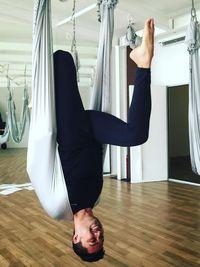 Selain melatih kebugaran tubuh, yoga menurut Anjas juga membuat pikiran selalu rileks. Rahasianya ada pada olah pernapasan. (Foto: Instagram/anjasmara)
