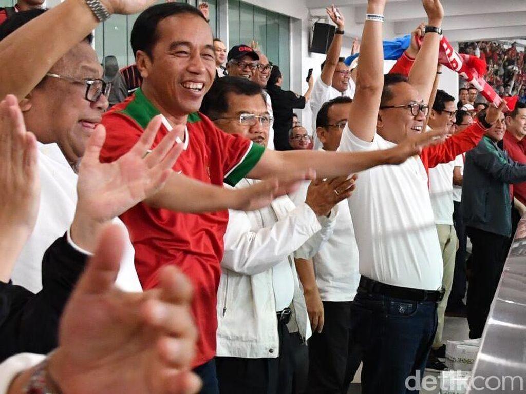 Foto: Laga itu dihelat di Stadoin Gelora Bung Karno, Jakarta, Minggu (14/1/2018). Jokowi berdiri bersama Wakil Presiden Jusuf Kalla dan sejumlah pejabat yang hadir di sampingnya. (Foto: Laily Rachev - Biro Pers Setpres)