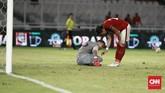 Kiper Timnas Indonesia Andritany Ardhiyasa sempat mengeluh sakit di babak pertama dan berbicara Hansamu Yama saat melawan timnas Islandia. (CNN Indonesia/Andry Novelino)