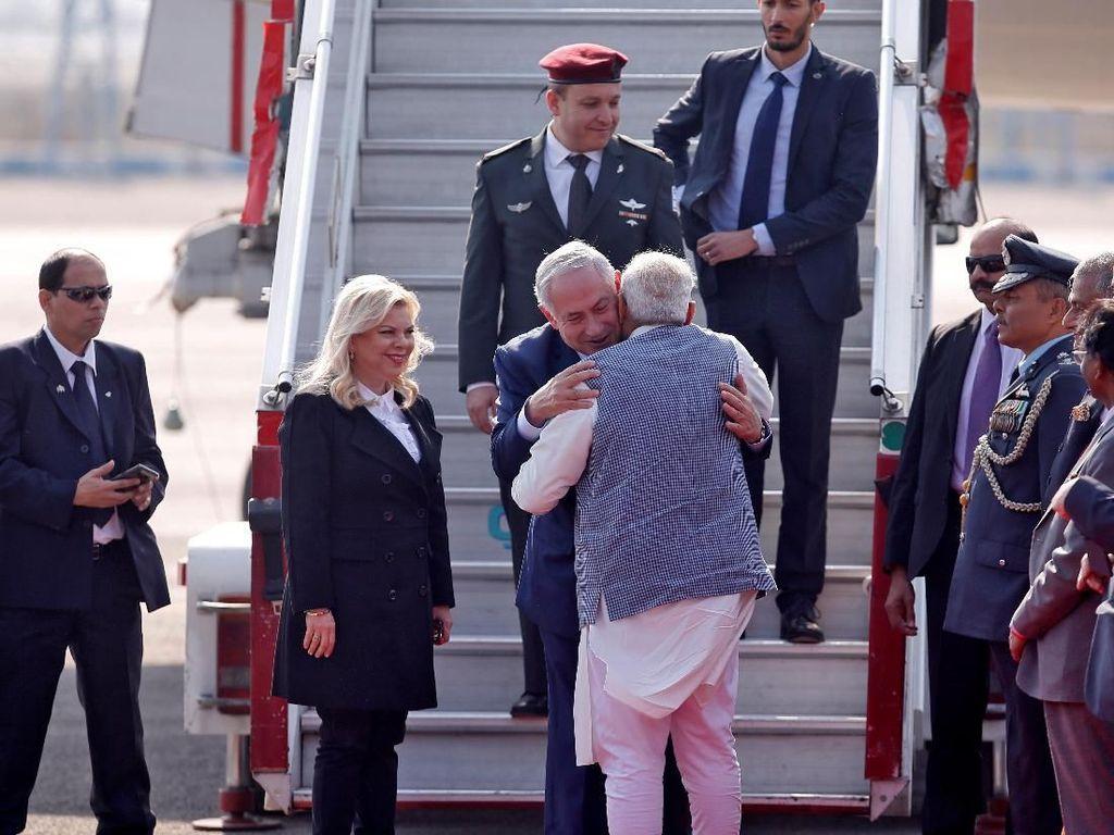 Kedatangannya disambut hangat oleh PM India Narendra Modi (Foto: Dok. REUTERS/Adnan Abidi)
