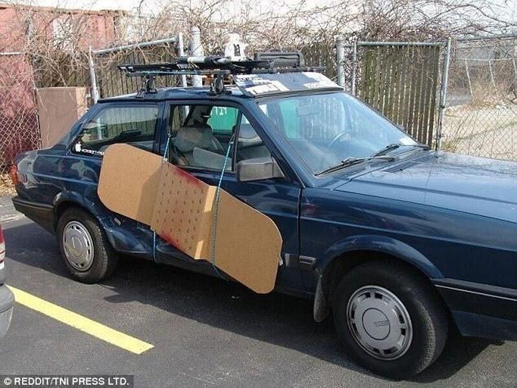 Plester berukuran besar diharap si pemilik mobil bisa menyembuhkan penyok dan baret pada mobilnya.Foto: Reddit