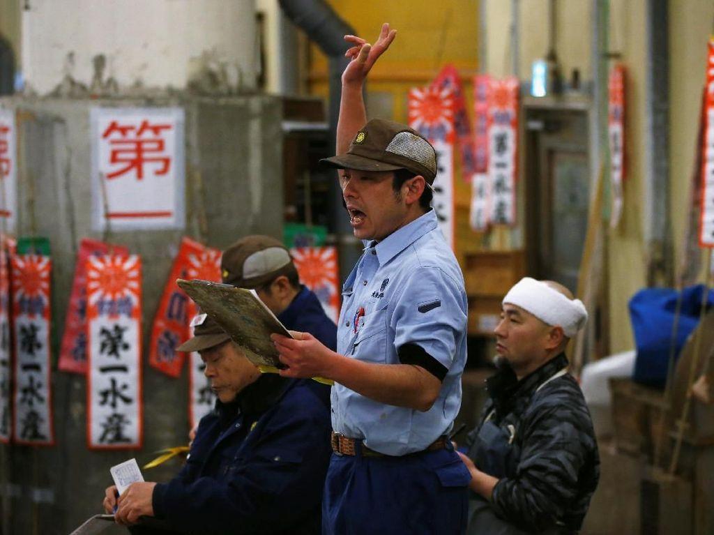 Petugas di Pasar Tsukiji saat pelelangan. Foto: Pasar Tsukiji. (Dok. Reuters)