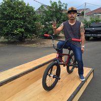 Komedian Wendi 'Cagur' merupakan salah satu artis yang kerap melakukan olahraga, khususnya olahraga gowes sepeda. Foto: Instagram @wendicagur
