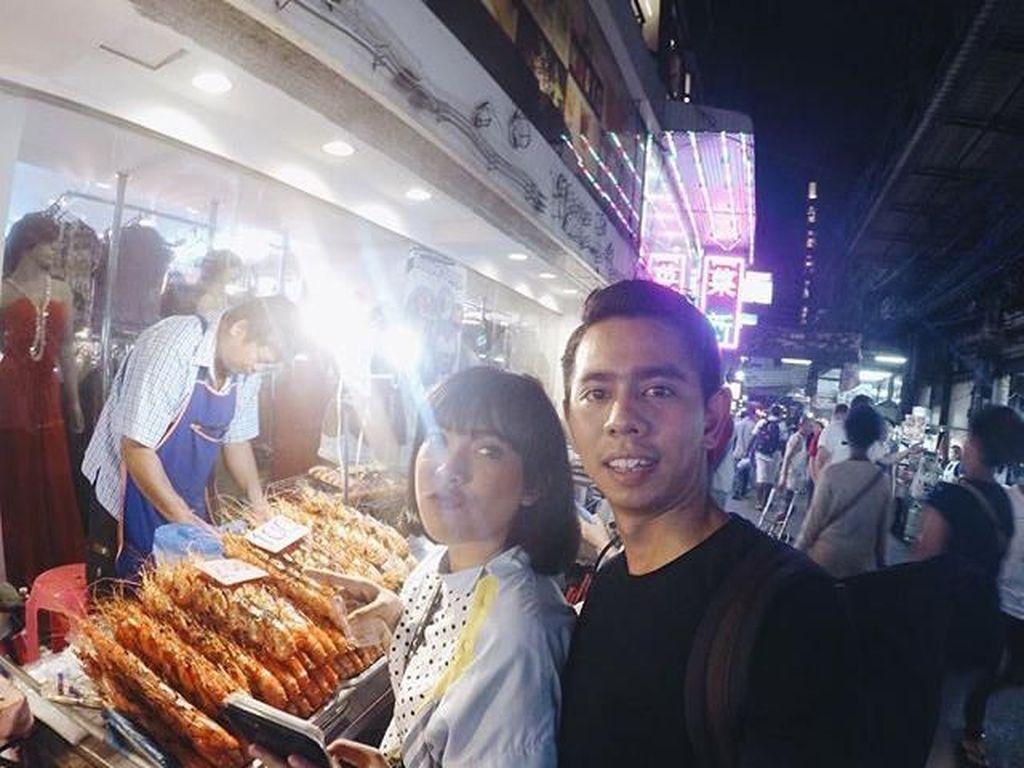 Kalau ini, saat presenter berusia 30 tahun dan suaminya liburan ke Thailand. Mereka terlihat sedang membeli udang goreng di kedai pinggir jalan. Foto: Instagram Fitri Tropica