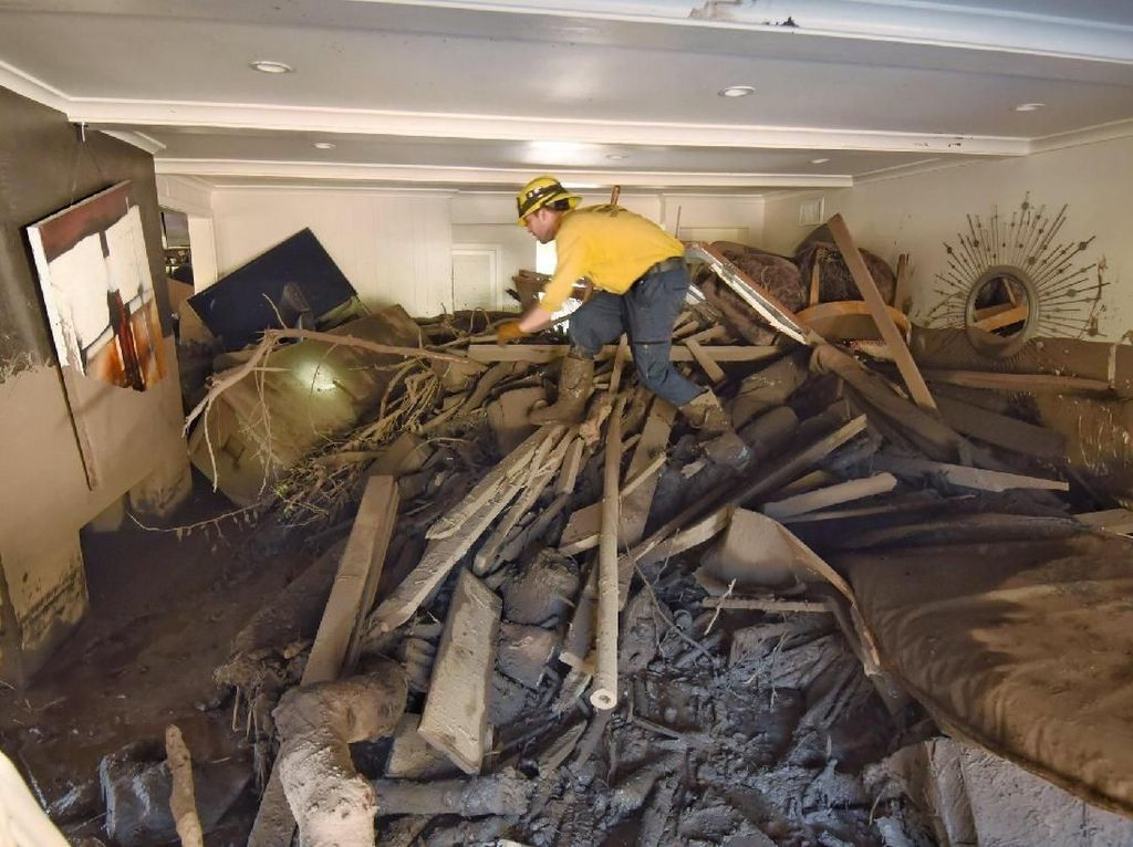Begitu banyak rumah rusak dan ribuan orang dievakuasi (Foto: Dok. REUTERS/ Kyle Grillot)