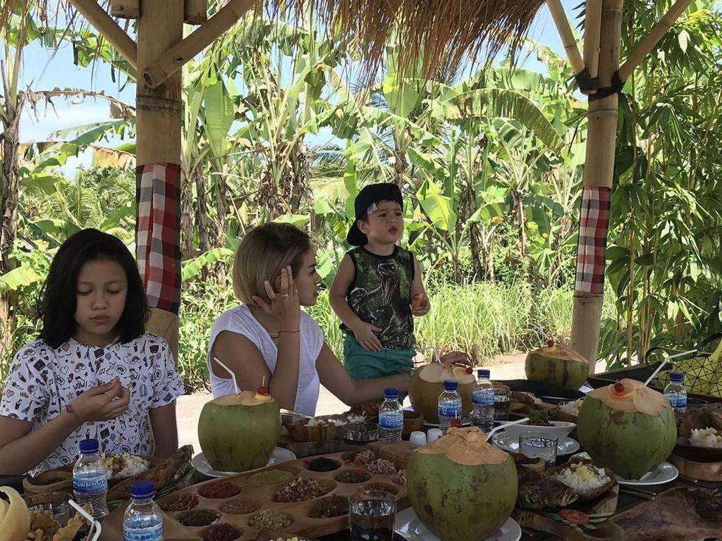 Makan siang di Bali, Niki tampak menikmati menu tradisional dengan piring kayu dan kelapa muda segar yang masih dalam batoknya. Foto: Instagram @nikitamirzanimawardi_17