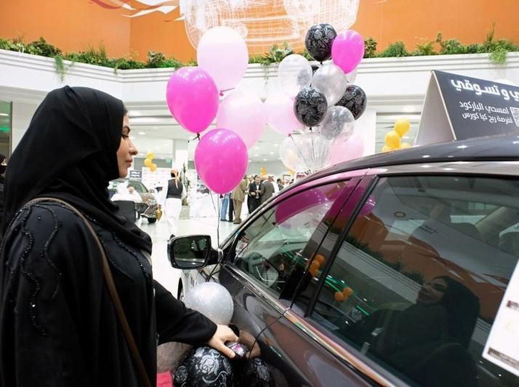 Menyambut hal tersebut, pihak kerajaan Arab Saudi pun membuat sebuah diler mobil yang dikhususkan bagi kaum wanita di Jeddah.Foto: Reuters