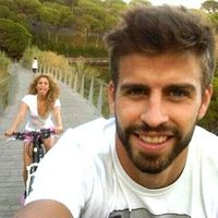 Penyanyi Shakira juga punya hobi bersepeda bersama pasangannya, Gerard Pique. (Foto: instagram/Shakira)