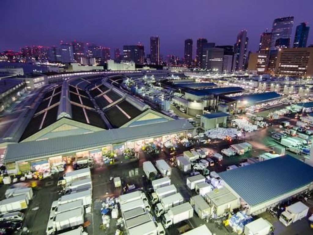 Pasar dalam yang luas adalah pasar grosir berlisensi dan pasar luar yang lebih kecil adalah campuran dari toko grosir dan eceran yang menjual barang belanjaan dan barang dapur ke konsumen dan restoran. Foto: Pasar Tsukiji. (Dok. Everintransit)