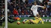 Sejumlah peluang emas didapat Real Madrid, termasuk tendangan cungkil dan keras Cristiano Ronaldo. Namun, hingga akhir babak pertama skor kacamata di Stadion Santiago Bernabeu tetap bertahan. (REUTERS/Javier Barbancho)