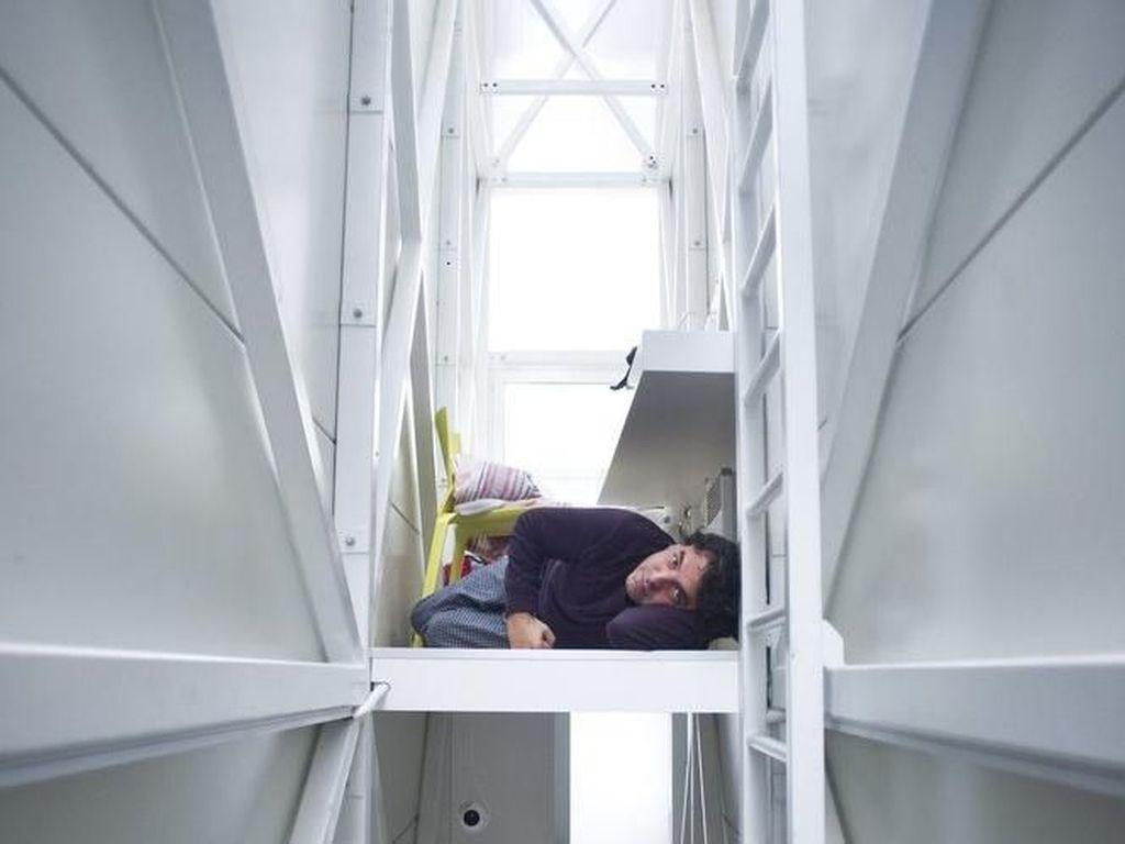 Selain itu ada pula kasur untuk tidur dan tangga untuk naik ke lantai atas. Istimewa/Archdaily.
