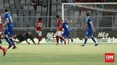 Timnas Indonesia unggul lebih dulu di babak pertama pada menit ke-29 melalui Ilham Udin Armaiyn yang memanfaatkan blunder kiper Islandia Runar Alex Runarsson. (CNN Indonesia/Andry Novelino)