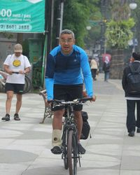 Penyiar dan presenter senior, Farhan, sangat hobi olahraga. Ia bahkan pernah mengikuti triathlon, perlombaan yang menggabungkan sepeda, lari dan berenang. (Foto: instagram/@farhanpenyiar)