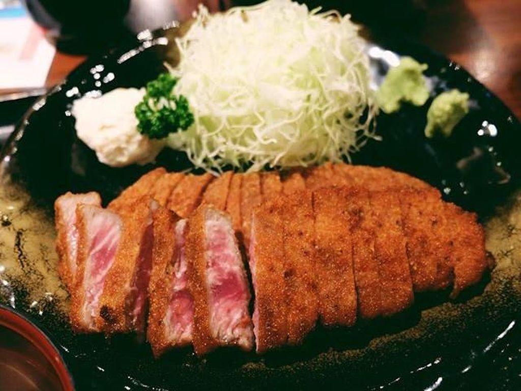 Presenter kocak ini doyan hidangan Jepang. Terlihat saat ia mengunggah foto beef katsu dengan tulisan bye bye gyu katsu di laman instagramnya. Ini jadi tanda kalau Fitrop memulai dietnya. Foto: Instagram Fitri Tropica