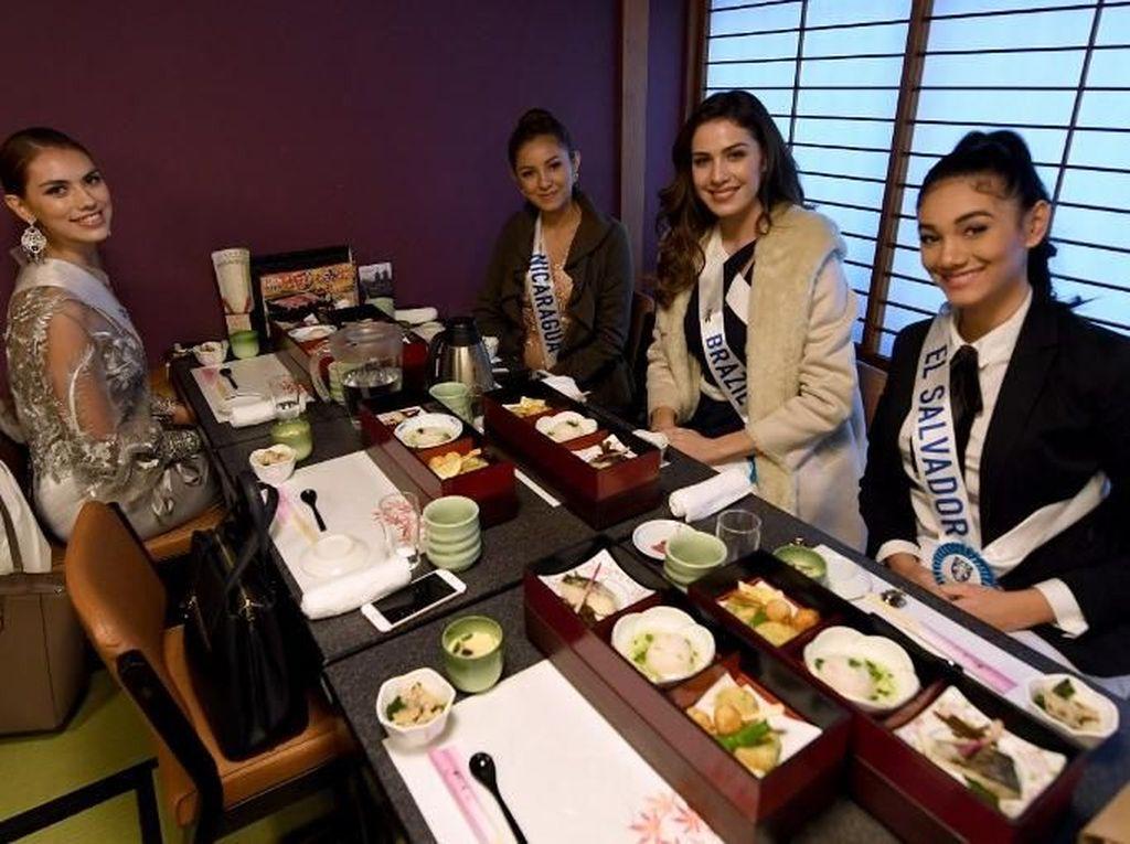 Pasar Tsukiji memang memiliki daya tarik bagi wisatawan. Bahkan Kontestan Miss Internasional mengunjungi Pasar Tsukiji pada akhir 2017 lalu dan menyempatkan makan di restoran Sushi yang berada di area pasar. Foto: Pasar Tsukiji. (Dok. AFP)