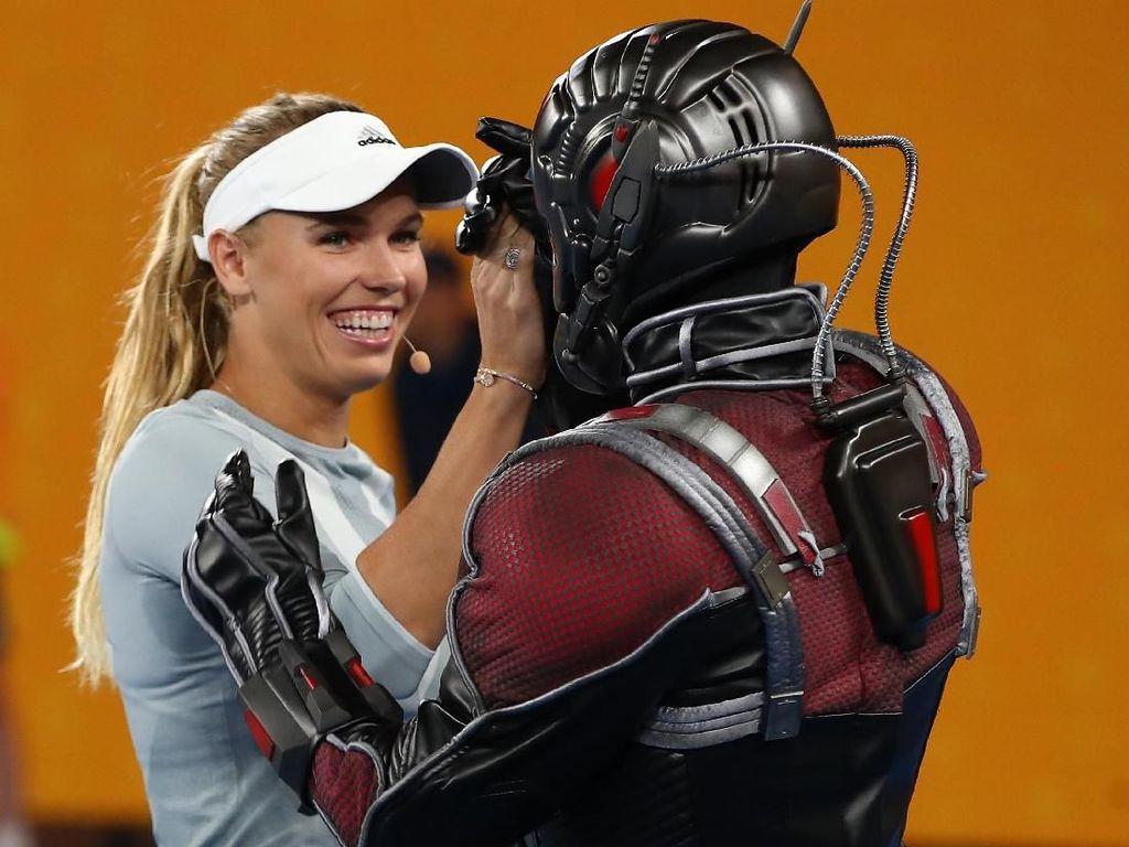 Wozniacki juga sempat mengajak Ant-Man untuk mencoba mengayun raket. Foto: Clive Brunskill/Getty Images
