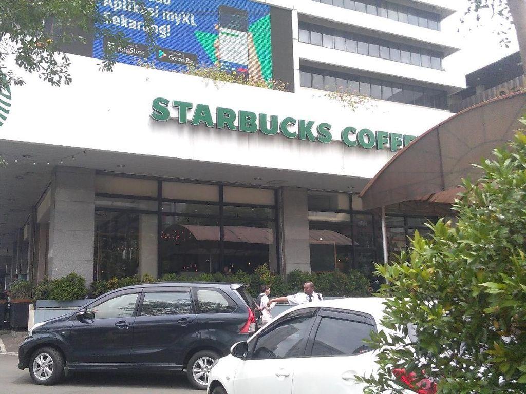Selain di dekat Pos Polisi, pelaku yang berbeda juga meledakkan diri di dekat gerai kopi Starbucks yang ada di samping Sarinah (Foto: Parastiti Kharisma Putri/detikcom)