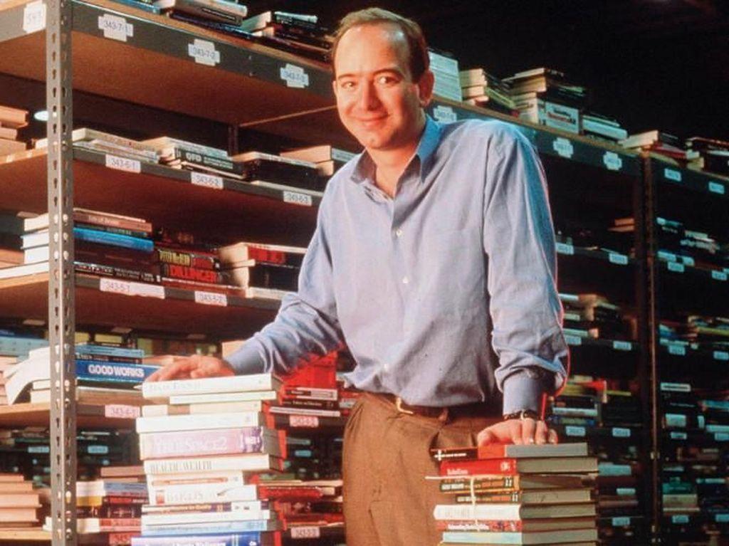 Jeff Bezos merintis Amazon dari garasinya dan awalnya hanya untuk menjual buku. Barangkali belum ada di pikirannya Amazon akan merambah begitu banyak bidang bisnis seperti sekarang. Foto: istimewa