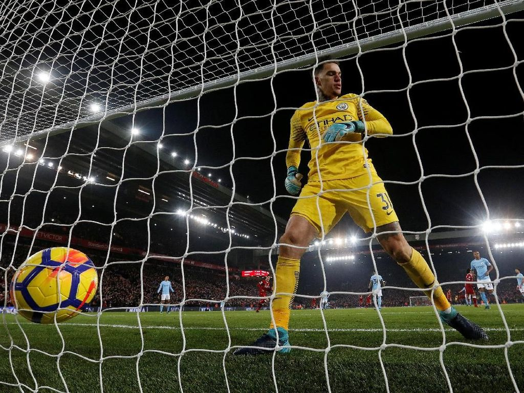Ada 25 gol yang bersarang di gawang City dalam Premier League 2017/2018. Jumlah itu paling sedikit di antara tim-tim lain tapi belum cukup untuk mengalahkan rekor Chelsea (15 gol pada 2004/2005). (Foto: Carl Recine/Action Images via Reuters)