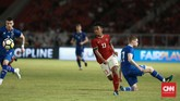 Timnas Indonesia berusaha keras untuk menambah gol di babak kedua. Winger Febri Hariyadi menjadi salah satu pemain Indonesia dan mendapat pujian dari kubu timnas Islandia. (CNN Indonesia/Andry Novelino)