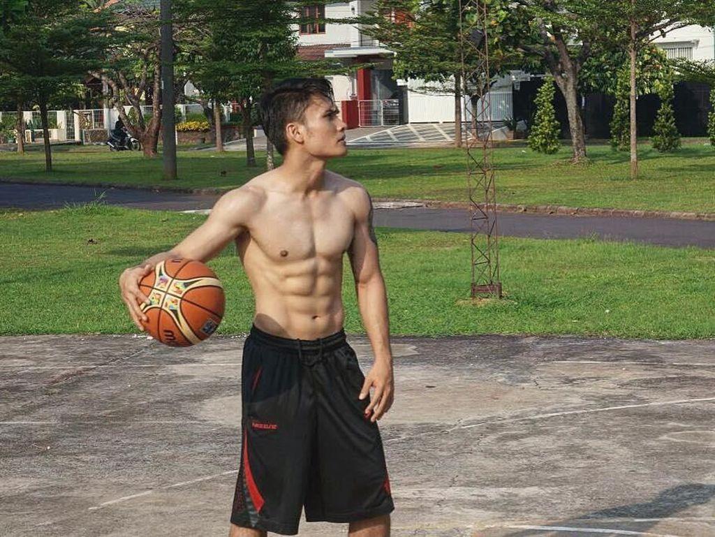Foto: Perut Sixpack Randy Pangalila Bikin Hati Kaum Hawa Meleleh Nih!