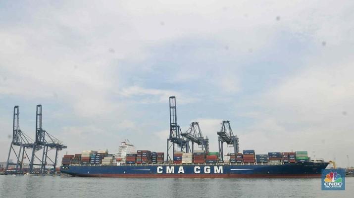 aktifitas bongkar muat di Pelabuhan Tanjung Priok