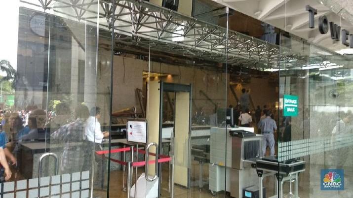 Salah satu lantai di Gedung Bursa Efek Indonesia (BEI) ambruk.