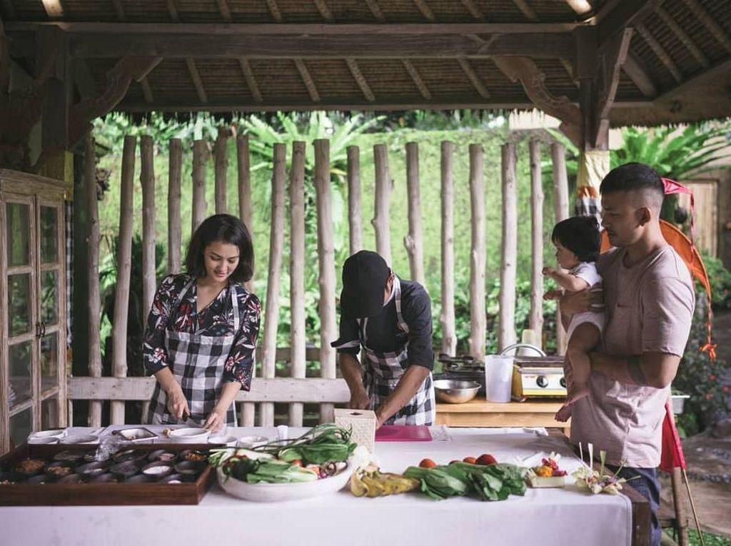 Rio dan anaknya melihat Atiqah menemani sang ibu cooking class. Atiqah pun memasak makanan khas Bali. Kira-kira buat apa ya? Foto: Instagram @riodewanto