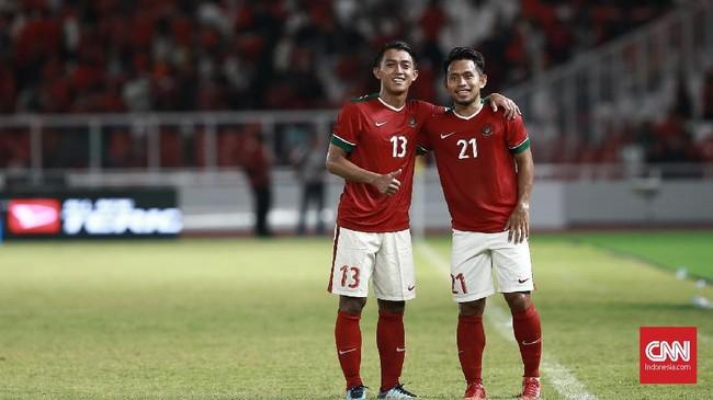 Dua winger Timnas Indonesia Febri Hariyadi dan Andik Vermansah berpose ke arah para fotografer usai pertandingan melawan Islandia. (CNN Indonesia/Andry Novelino)