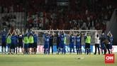 Para pemain timnas Islandia memberikan penghormatan dan ucapan terima kasih kepada suporter Timnas Indonesia atas sambutan hangat selama menjalani tur di Indonesia. (CNN Indonesia/Andry Novelino)