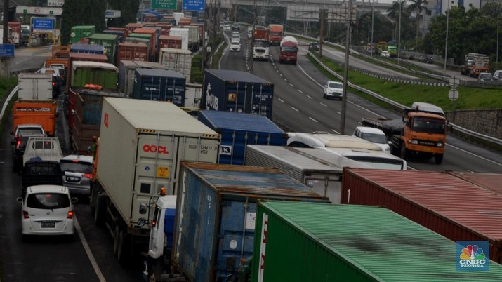 Antrean truk besar yang melintas di sepanjang jalur tol Jakarta-Cikampek