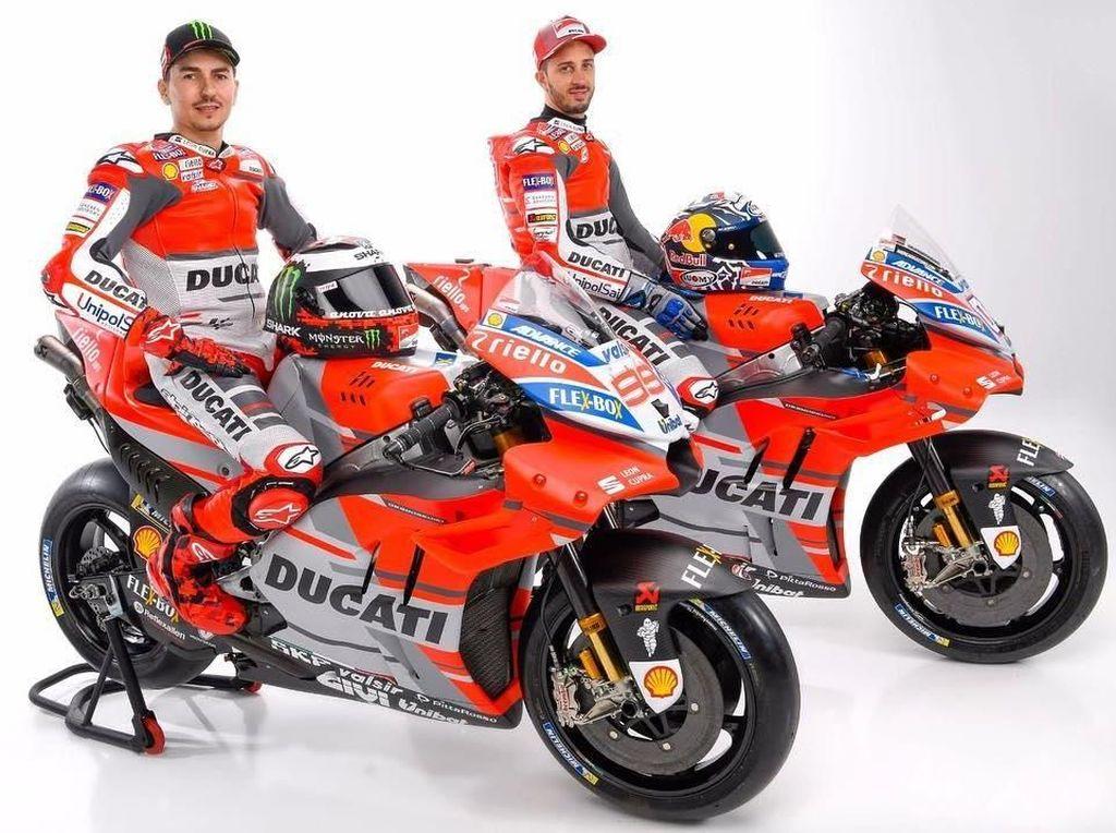 Desmosedici GP18 mengalami sedikit perubahan dari segi tampilan warna yakni ada penambahan warna abu-abu dari yang biasanya merah dan putih khas Ducati. (Foto: Instagram @motogp)